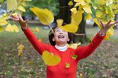 秋を楽しんでいるシニア女性