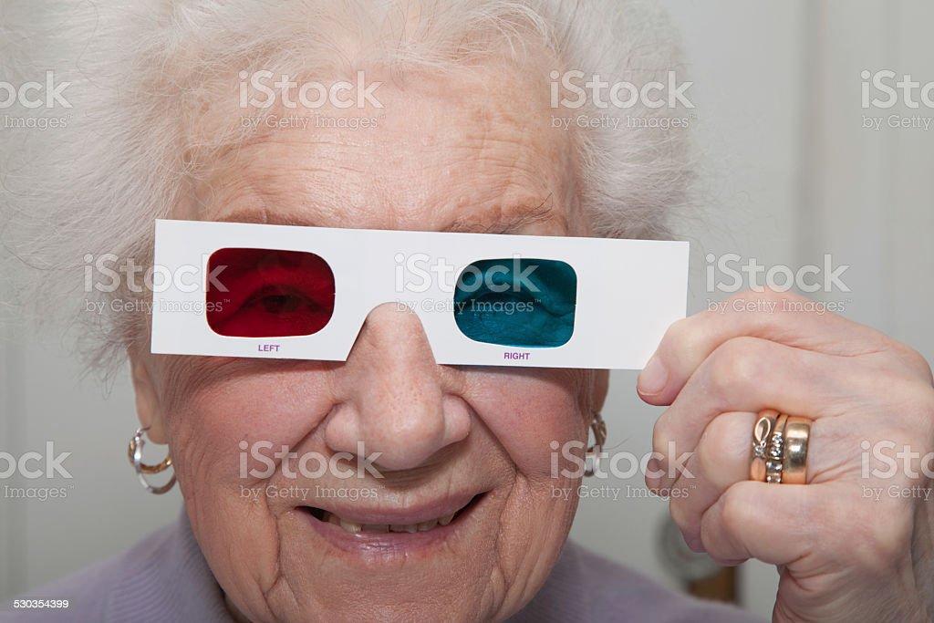 Senior woman ながら彼女の 3 D 赤ブルー anaglyoh メガネ ストックフォト