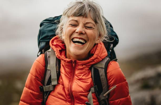 femme aînée appréciant son voyage de randonnée - seulement des femmes seniors photos et images de collection