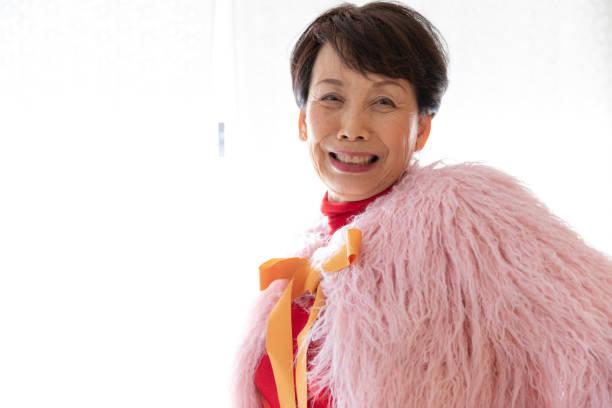 豪華なファッションを楽しむシニア女性 - showus ストックフォトと画像