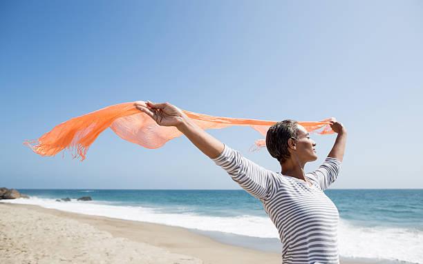 Sênior mulher curtindo a praia - foto de acervo