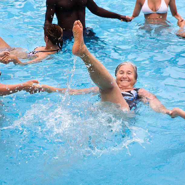 senior frau genießen sie wasser-aerobic, mit jugendlichen - granny legs stock-fotos und bilder