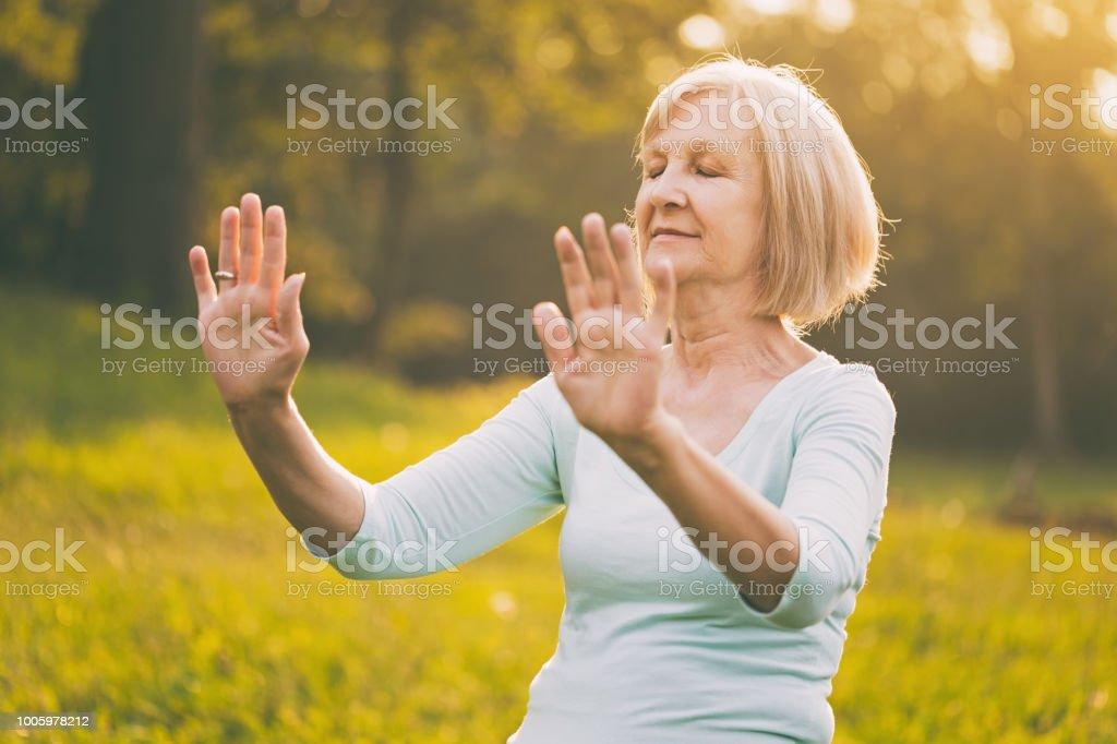 Ältere Frau Übung Tai Chi – Foto
