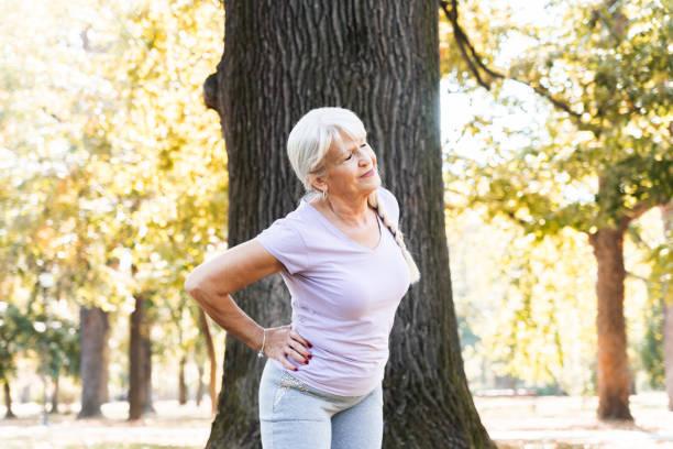공원에서 운동하는 시니어 여성 - 엉덩관절 뉴스 사진 이미지