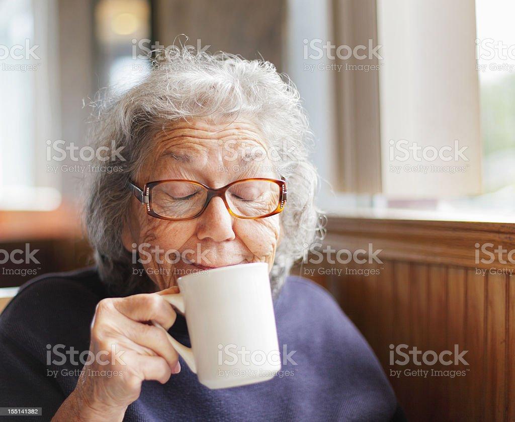 Senior femme drôle de tête sourire avec un tasse à café - Photo