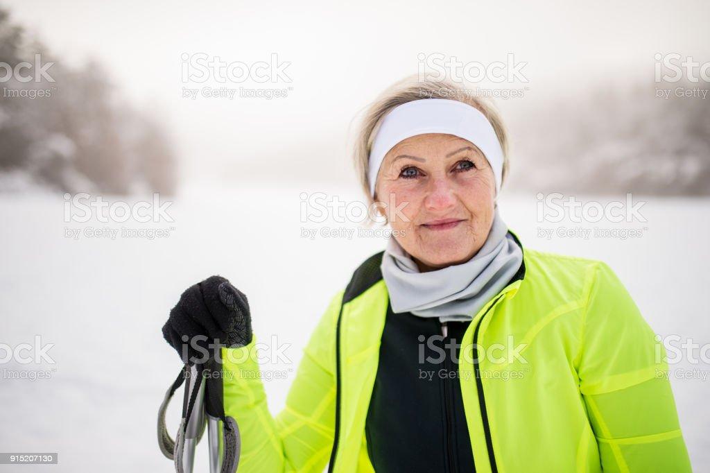 Ältere Frau immer bereit zum Skifahren. – Foto