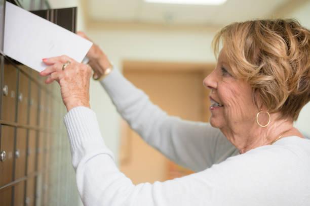 Ältere Frau bekommen per Post – Foto