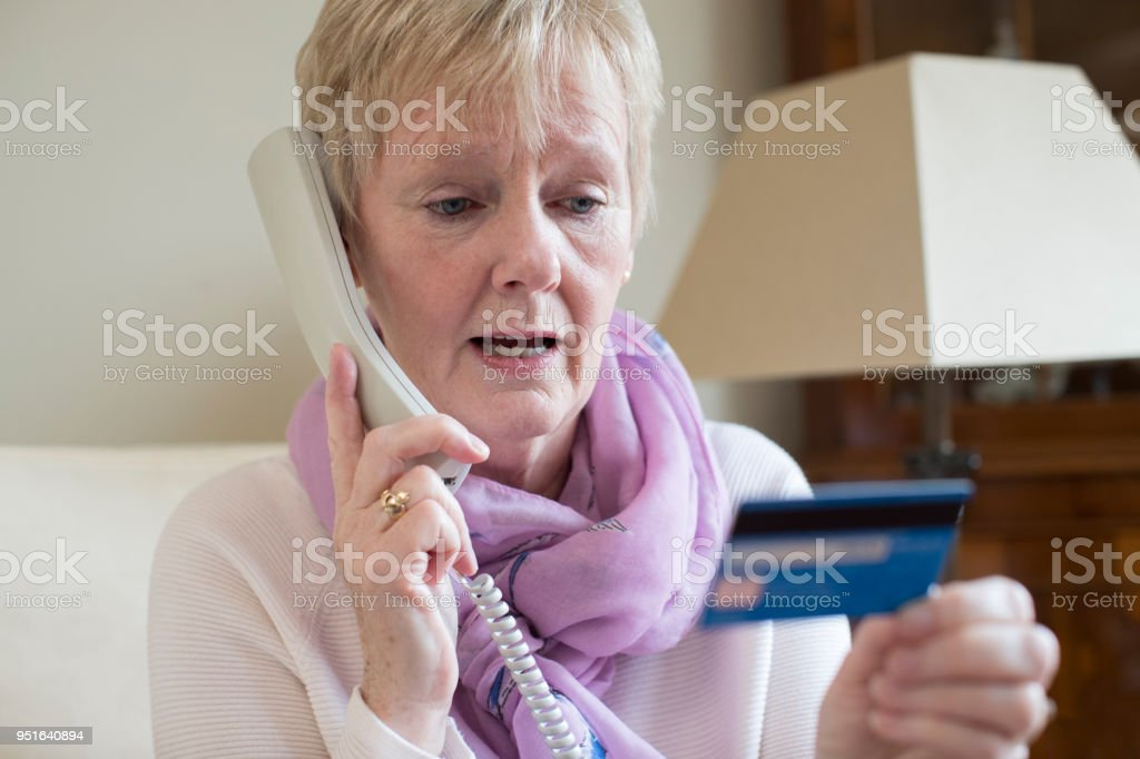 Senior Frau, die Kreditkartendaten am Telefon – Foto