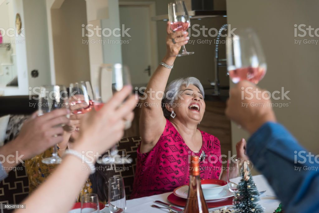Ältere Frau, die eine gute Zeit mit ihrer Familie – Foto