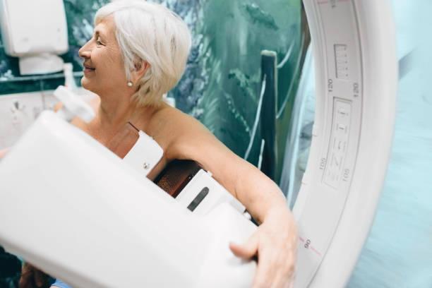 leitende frau mit einem mammografie-scan im krankenhaus - mammografie stock-fotos und bilder