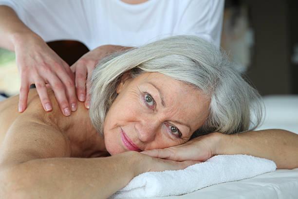 Senior Frau, die eine massage – Foto