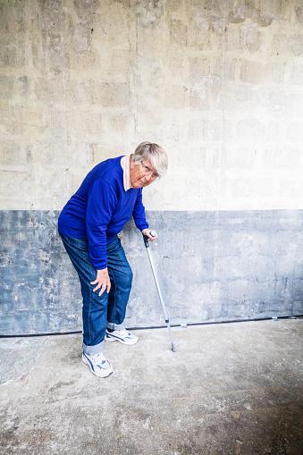 Ältere Frau Schwere Knie Stockfoto und mehr Bilder von 70-79 Jahre