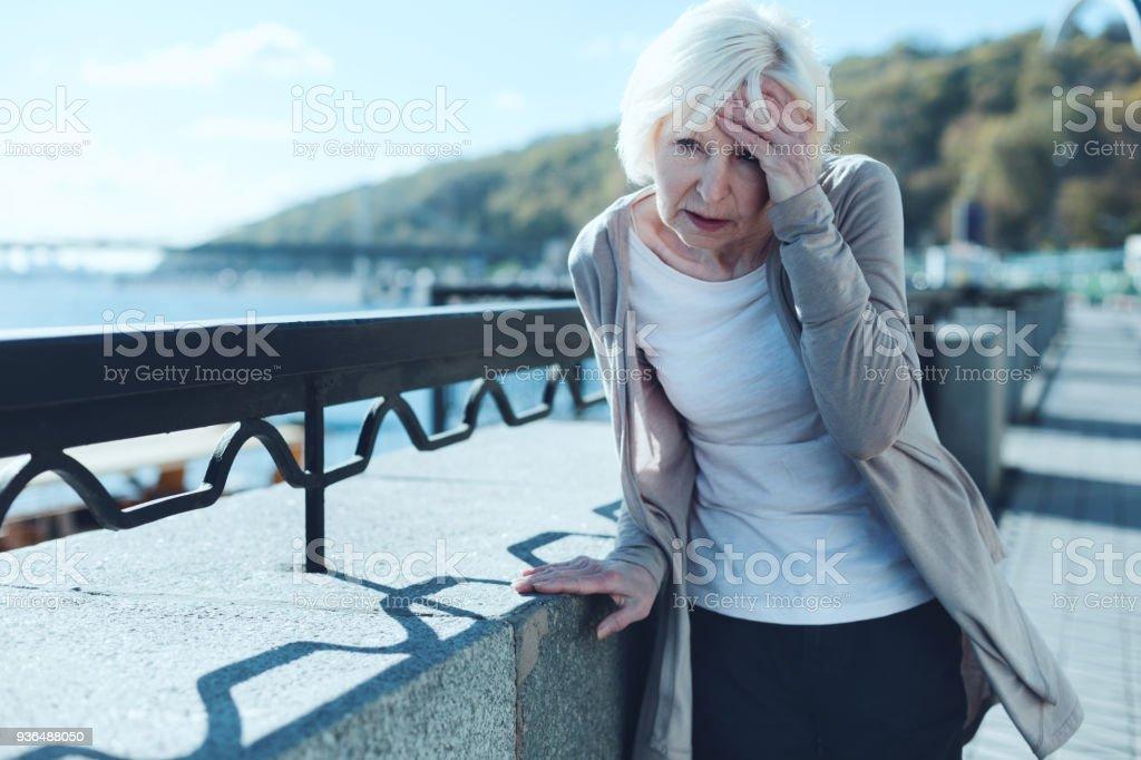 Ältere Frau, die Schwindel im freien - Lizenzfrei Alt Stock-Foto