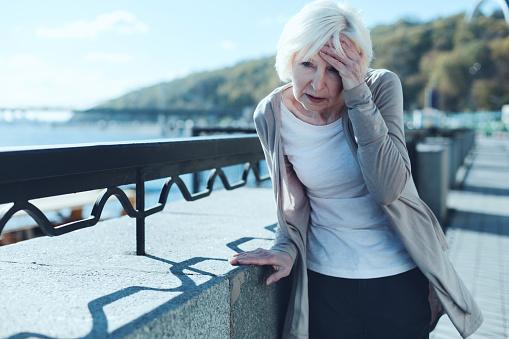 Ältere Frau Die Schwindel Im Freien Stockfoto und mehr Bilder von Alt