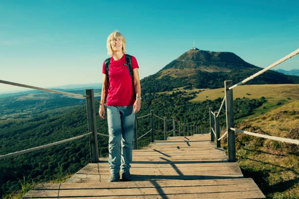 haute femme randonnée sur le puy de dôme, auvergne, france - chaine des puys photos et images de collection