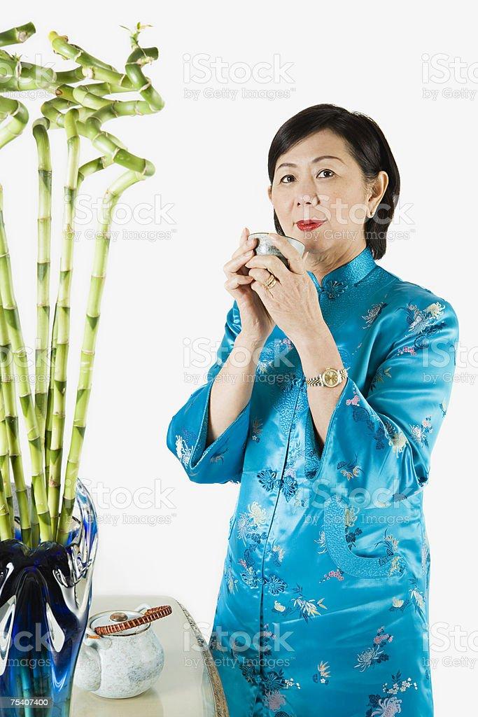 Senior mulher Segurando o copo de Chá foto de stock royalty-free