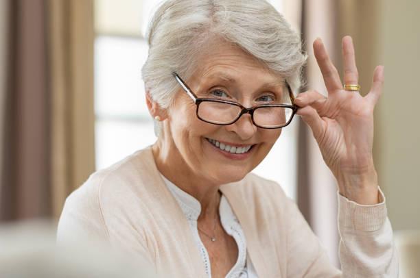Ältere Frau Holding Brillen – Foto