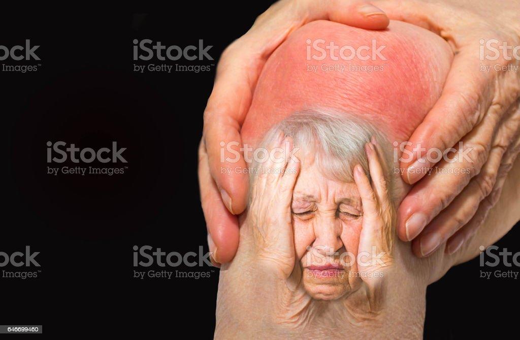Ältere Frau hält das Knie mit Schmerzen – Foto