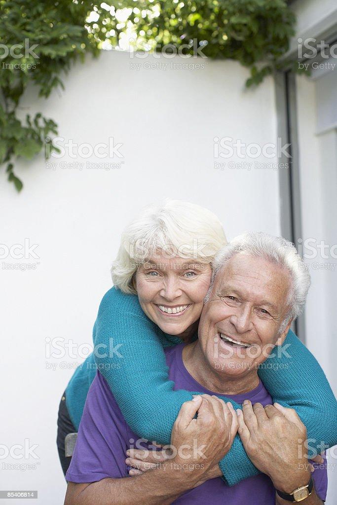 Senior femme embrassant son mari photo libre de droits