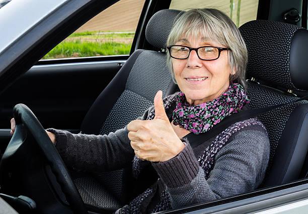 Senior Frau im Auto mit Daumen hoch – Foto