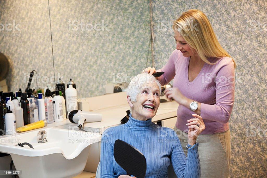 Senior mujer en peluquería - foto de stock