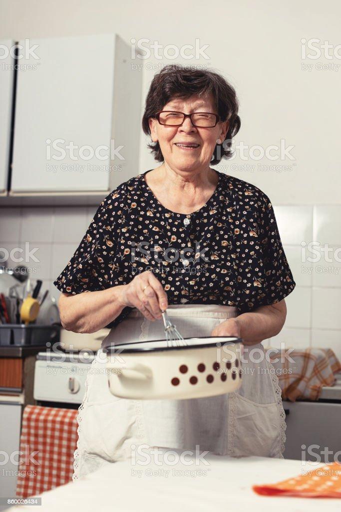 La Cocina De La Familia   Mujer Senior En La Cocina Preparando La Deliciosa Comida De Domingo