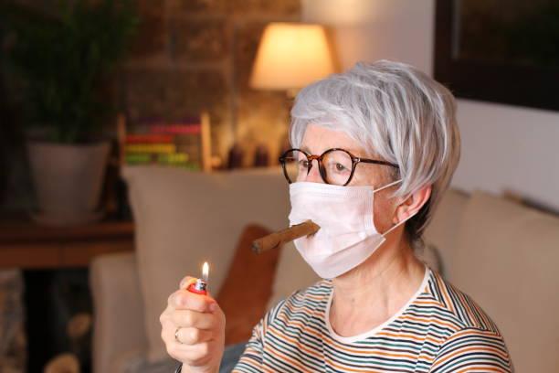 Mulher idosa em quarentena em casa - foto de acervo