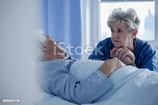 886711404 istock photo Senior woman in the hospital 909569706