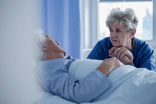 senior frau im krankenhaus - hospiz stock-fotos und bilder