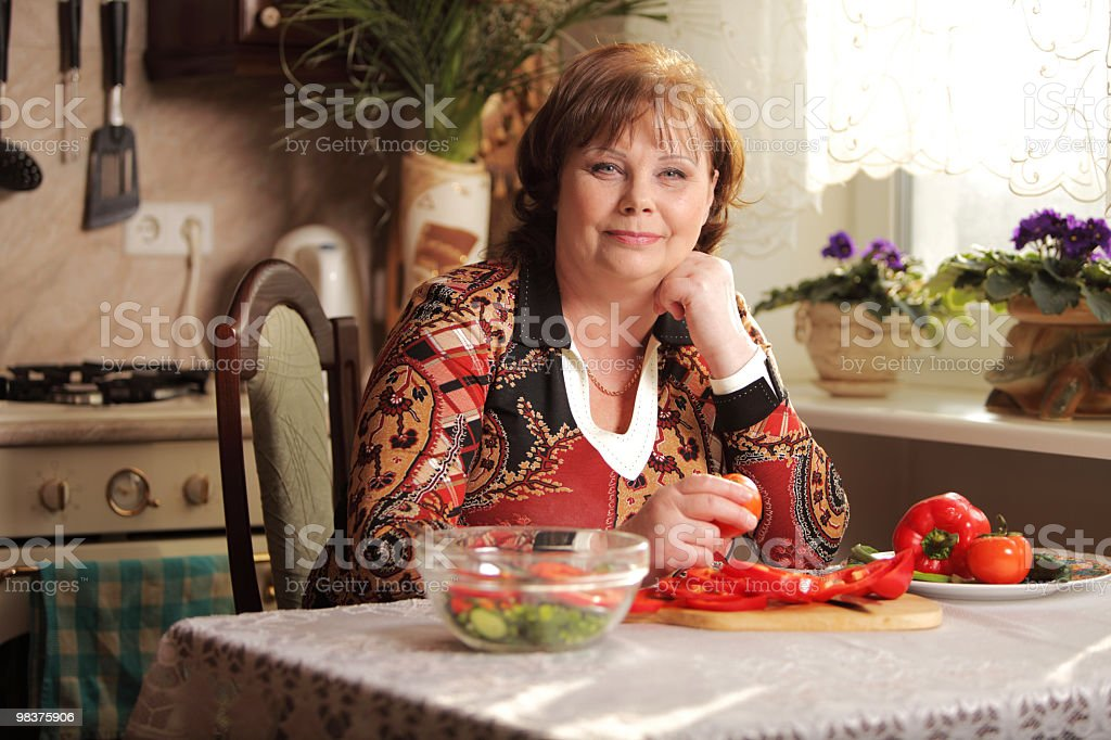 Senior donna in cucina foto stock royalty-free