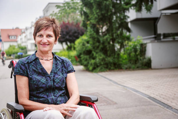 Senior woman in wheelchair, enjoying a day in the city - foto de stock
