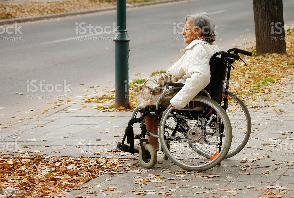 Senior mujer en silla de ruedas - foto de stock