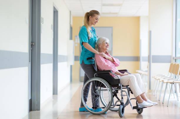 Seniorin im Rollstuhl mit Krankenschwester im Krankenhaus – Foto