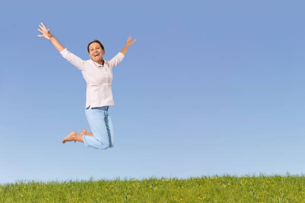 Seniorin springt in die Luft – Foto