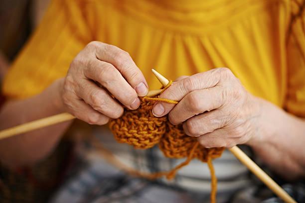 senior donna maglieria - lavorare a maglia foto e immagini stock