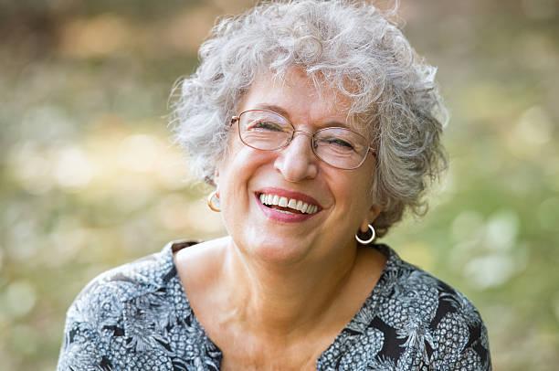 mujer senior riendo - mujeres mayores fotografías e imágenes de stock
