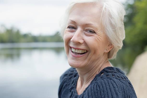 senior woman laughing - vrouw 60 stockfoto's en -beelden