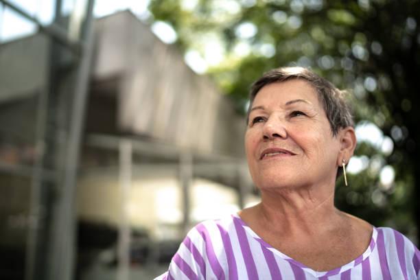 starsza kobieta patrząc na zewnątrz - nadzieja zdjęcia i obrazy z banku zdjęć