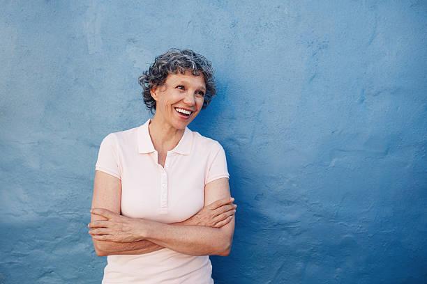 senior woman looking happily at copy space - lifestyle color background - fotografias e filmes do acervo