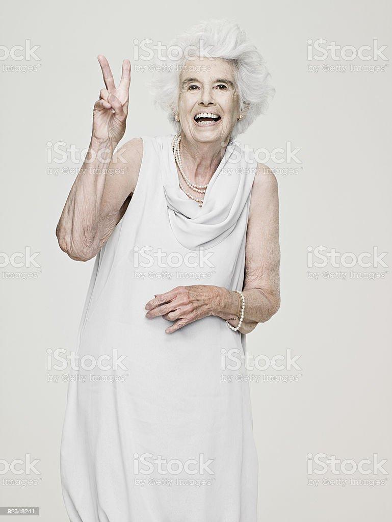 Senior Frau, die ein peace-Zeichen – Foto