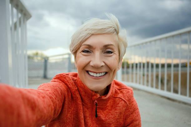 Seniorin macht ein Selfie vor dem Joggen – Foto