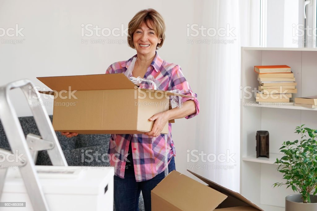 Ältere Frau, Umzug in eine neue Wohnung – Foto