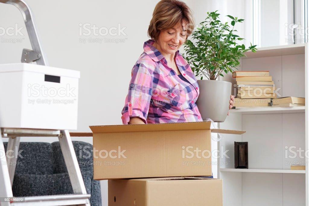 Haute Femme Emménager Dans Un Nouvel Appartement Photo Libre De Droits