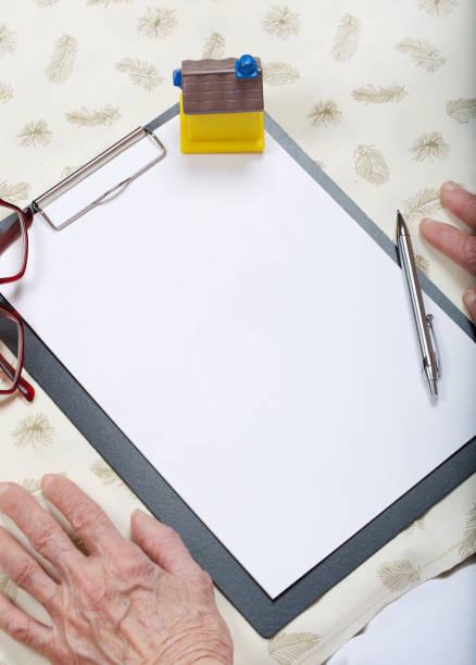 ältere frau 80 jahre alt soll einen brief zu schreiben. - diy ordner stock-fotos und bilder