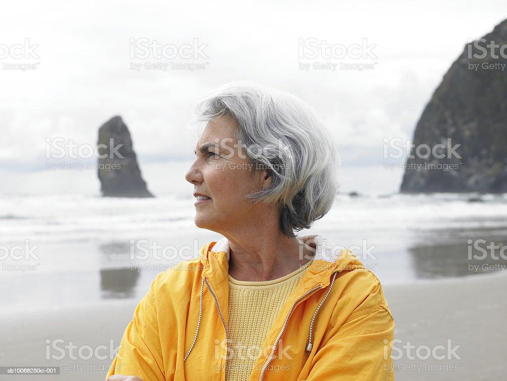 Senior mujer en la playa foto de stock libre de derechos