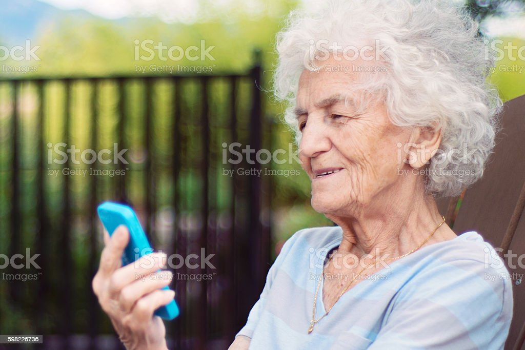 Senior Woman on Cellphone Video Call foto royalty-free