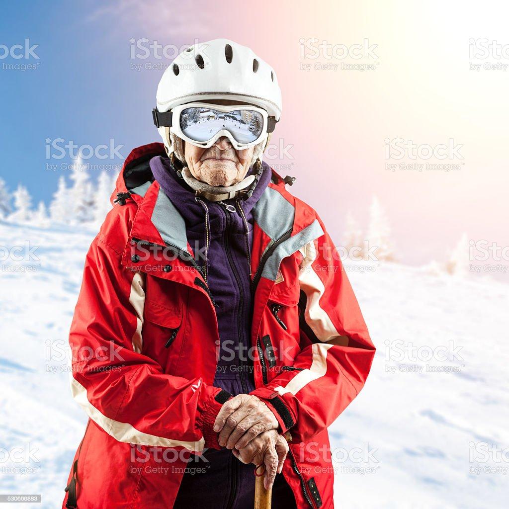 Senior Frau auf der Skipiste. Mit Weg. – Foto