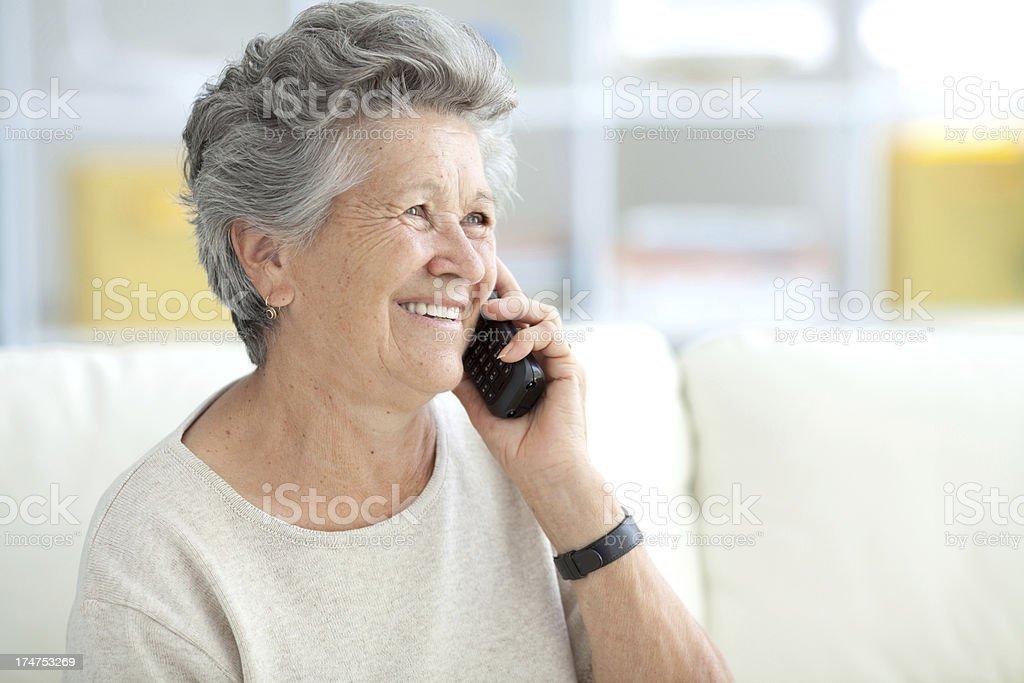 Senior Frau am Telefon zu Hause – Foto