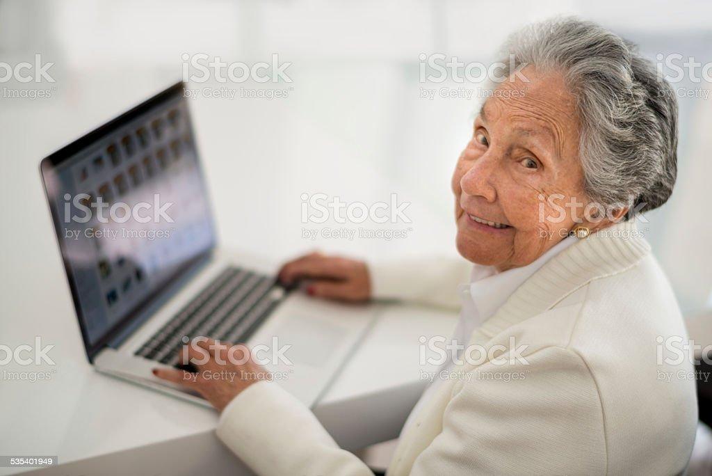 Mujer Senior en línea - foto de stock