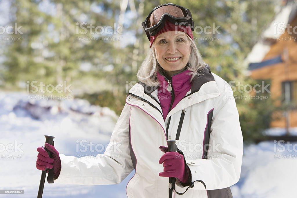 Senior Frau im Freien mit ski-Ausrüstung – Foto